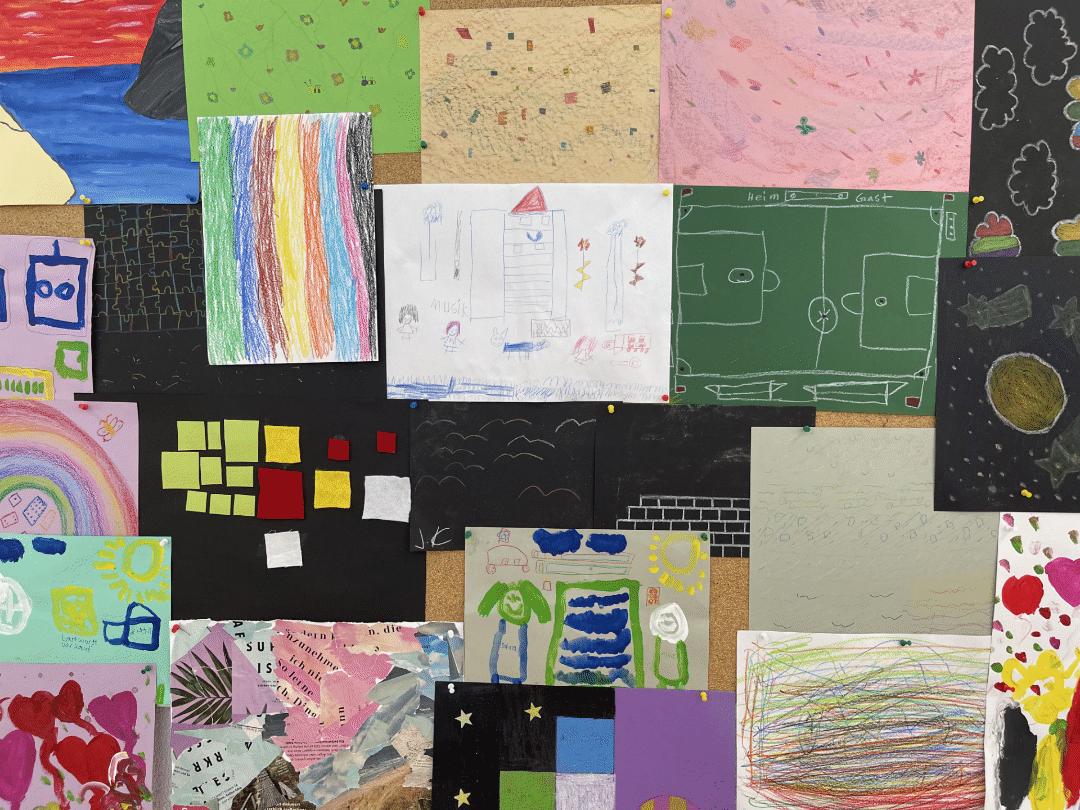 Ein inklusives Kunstwerk, bestehend aus unterschiedlichen Zeichnungen einer Inklusionsklasse.